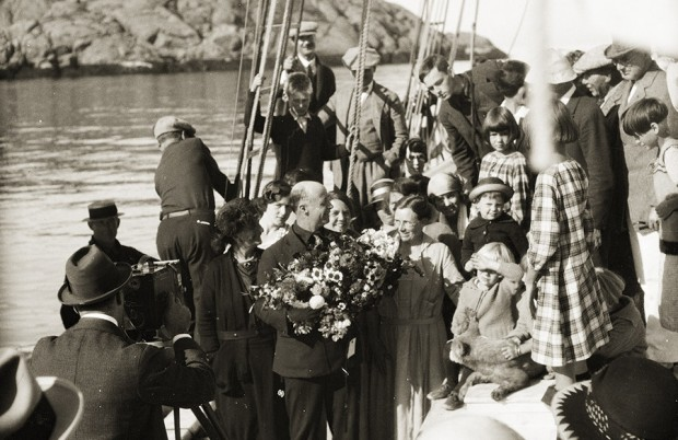 Bowdoin Captain MacMillan being presented with flowers